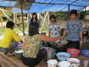 Ibu-ibu dari GKII Gunung Moria Tembaang Alak sibuk menyiapkan makanan