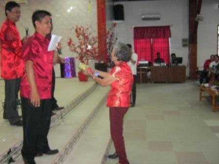 Seorang lansia mendapatkan door prize