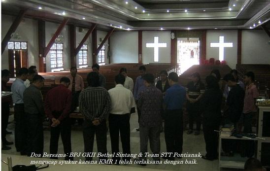 Doa bersama setelah Kebaktian Minggu Raya 1 di GKII Bethel Sintang