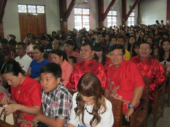 Sebagian jemaat yang beretnis Tionghua mengenakan pakaian khasnya. Warna merah melambangkan kebahagiaan dan sukacita.