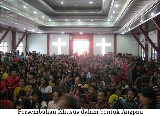 Jemaat antusias memberikan persembahan syukur dalam bentuk 'Angpau' ....