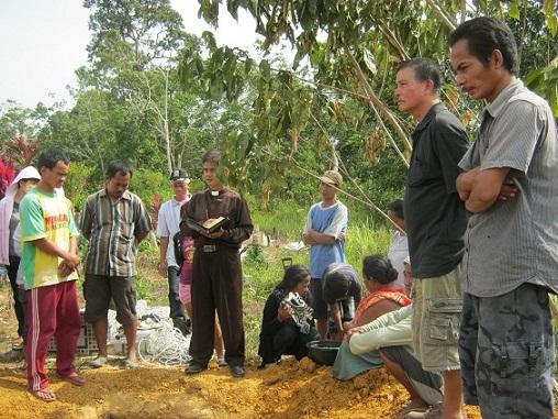 Rev. Ximen Chau memimpin Prosesi Pemakaman