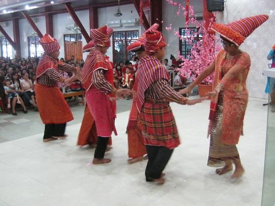 Pemuda-pemudi dari etnis batak mempersembahkan tari-tarian dalam acara Perayaan Imlek 2565