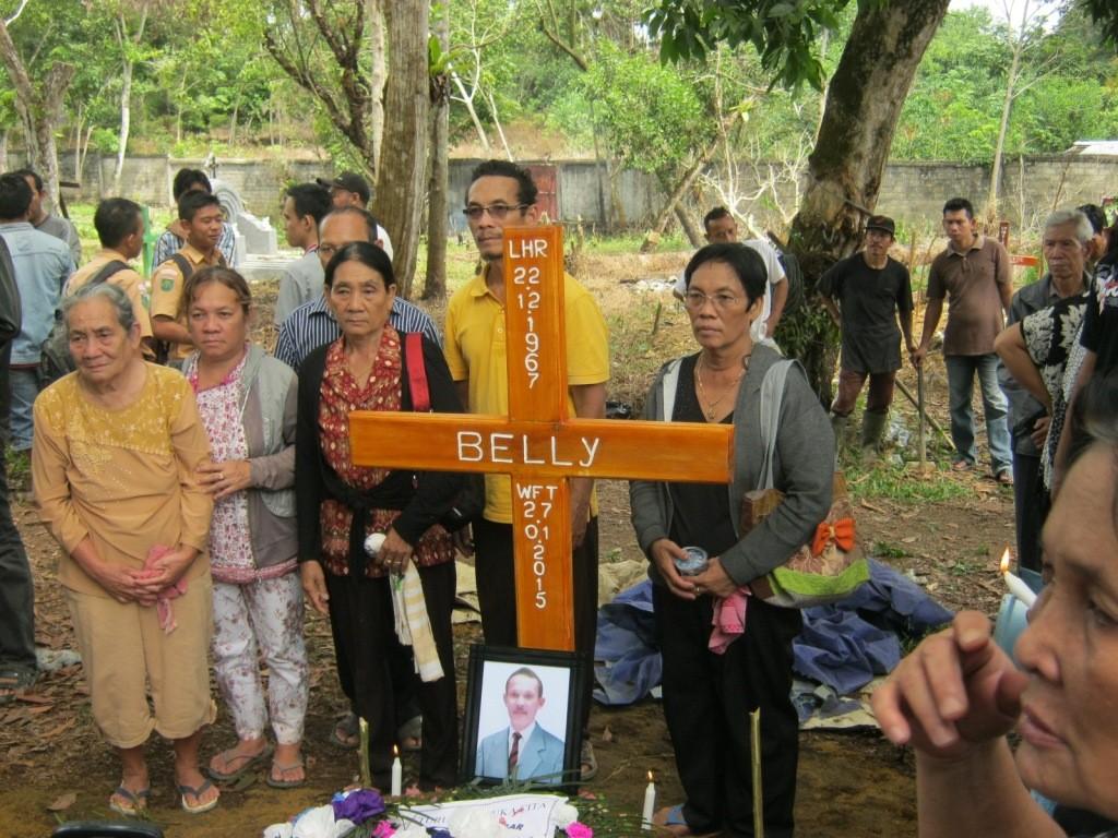 Photo bersama keluarga Alm. Bp. Belly setelah pemakaman usai