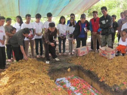 6_pemakaman Ibu Emelia
