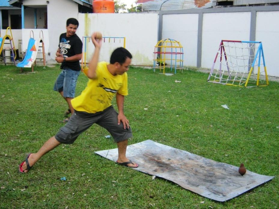 9_Bro Rajawali memainkan permainan gasing