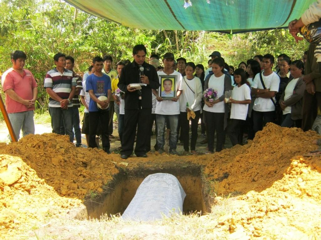 Ev. Hendro Yohanes memimpin upacara pemakaman Alm Cong Hian Liong