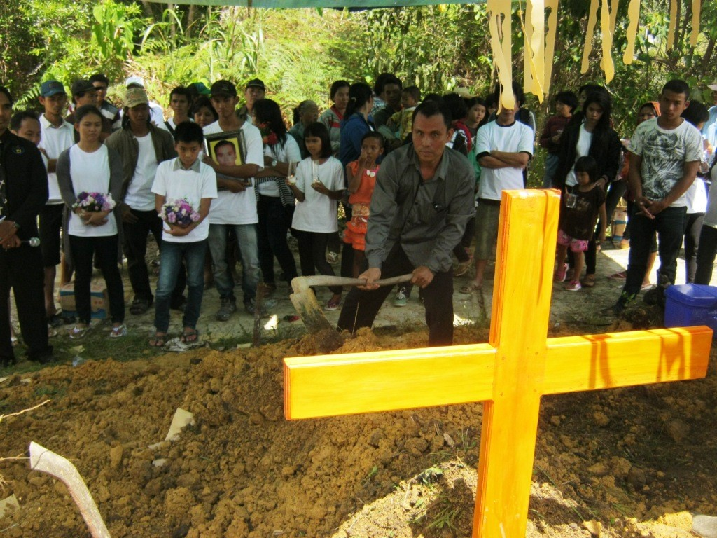 Jemaat bergotong royong ikut menguburkan