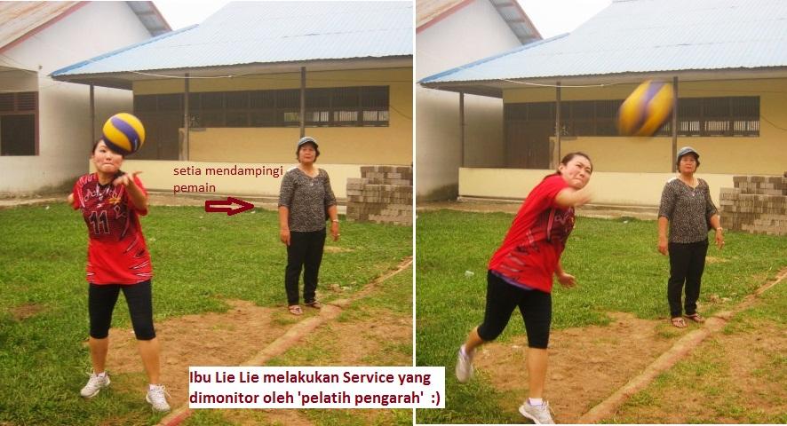 Ibu Lie Lie melakukan pukulan service bola ke area lawan