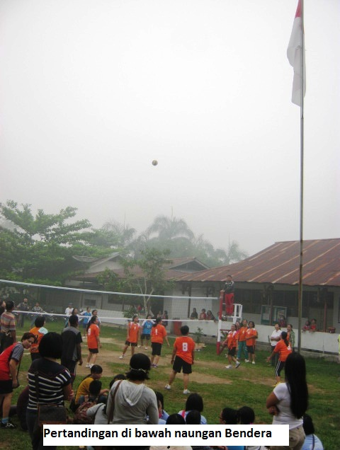 Dibawah naungan Saang Merah Putih, Pertandingan Volley Ball antar ibu-ibu gereja dilaksanakan, walau asap seakang menghadang.