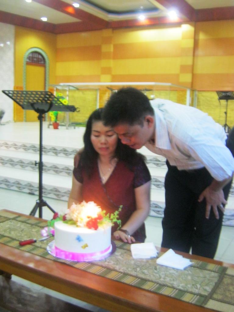 Rev. Ximen Chau & Ibu. Thelina meniup lilin 21 Pernikahan mereka