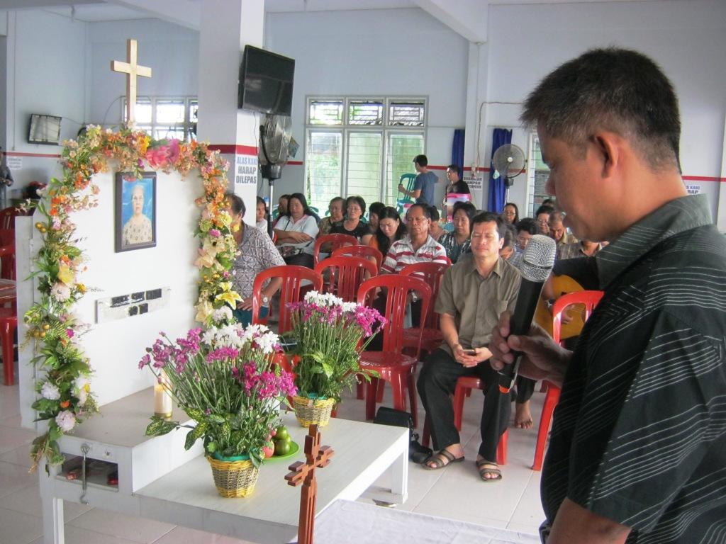 Pdt. Chau berdoa sebelum menyampaikan Firman Tuhan