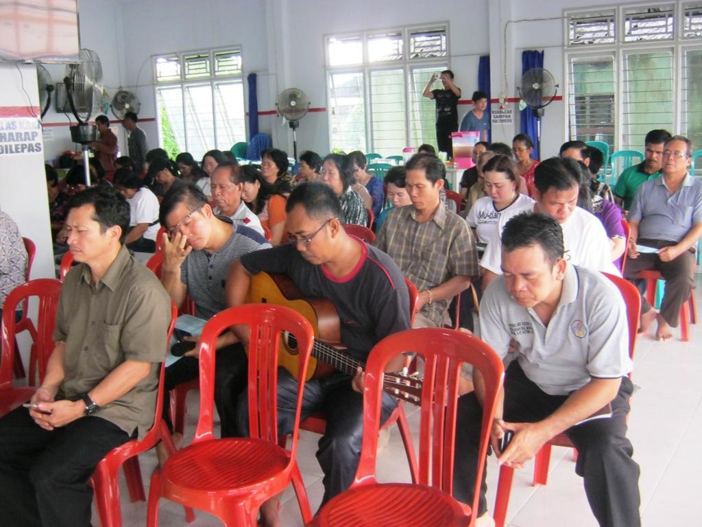 Jemaat GKII Bethel Sintang yang menghadiri kebaktian penghiburan wafatnya Ibu. Kwee Sok Khim