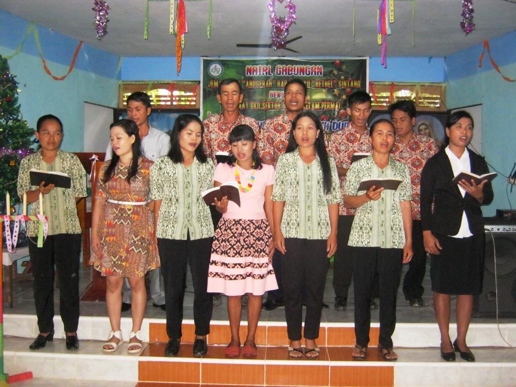 Rev. Ximen Chau menyampaikan Firman Tuhan di GKII Anugerah, Desa Baras - 18 Desember 2015