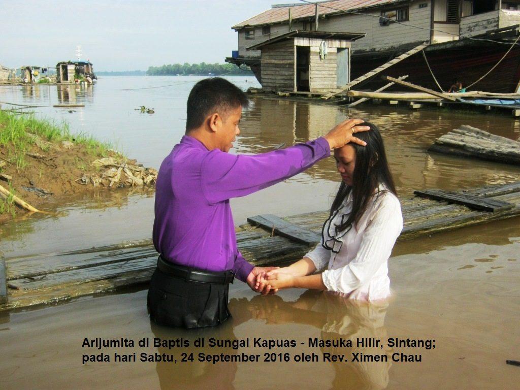 Arijumita di Baptis oleh Pdt. Chau Simen