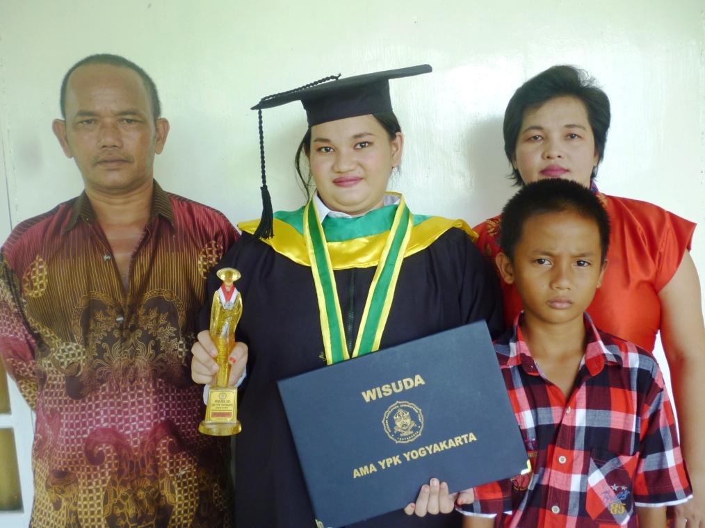 Ricka Apriyani, A.Md bersama keluarga setelah selesai wisuda Diploma Pada tanggal 11 Agustus 2016 di Akademi Manajemen Administrasi YPK, Yogyakarta