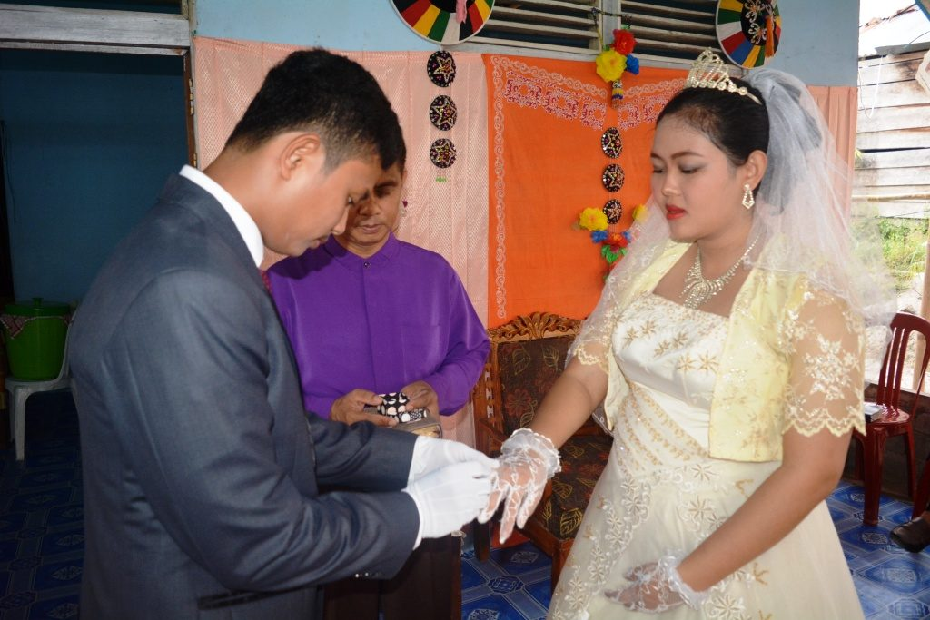 Setra Novian Tora mengenakan cincin PERNIKAHAN pada jari manis Niken Yosephine .. so sweett :)