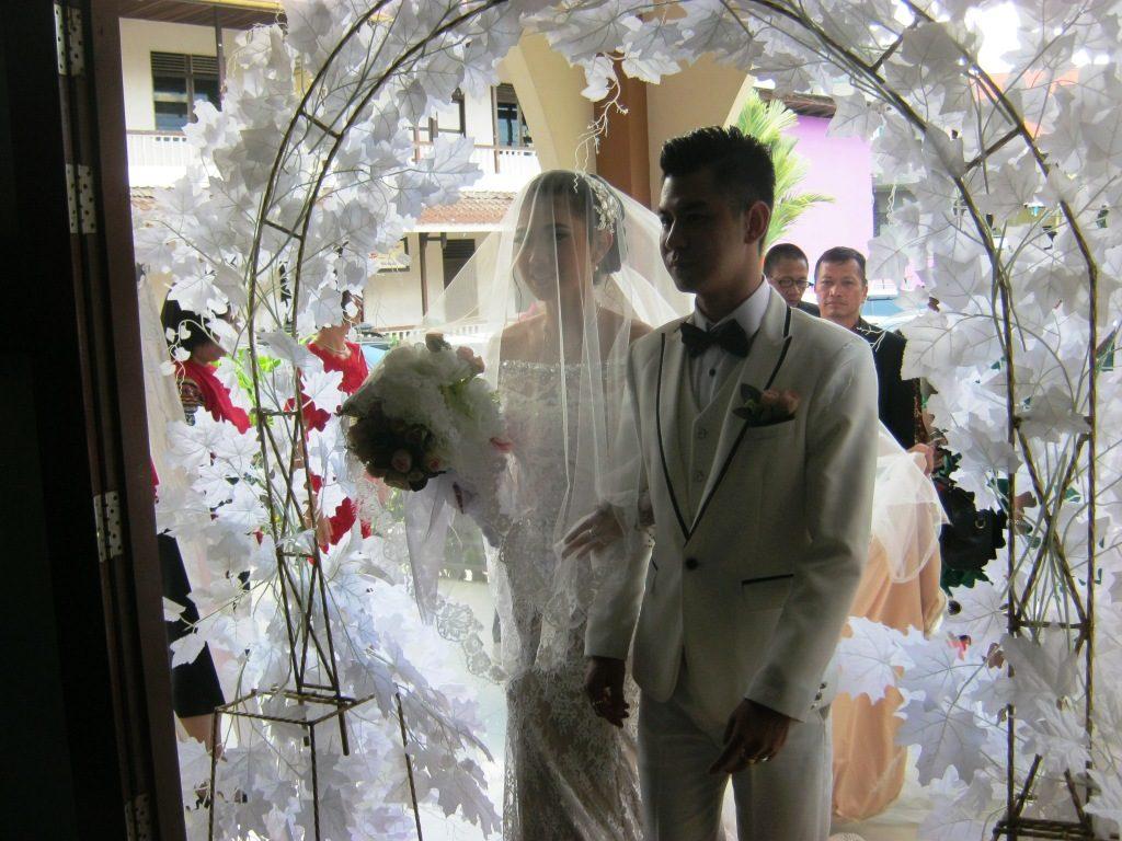 Kedua pengantin memasuki gedung Gereja