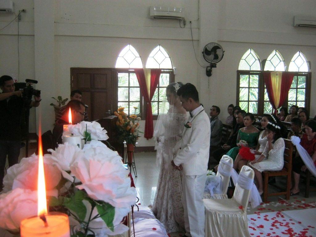 Agus Sapta Hadi & Kornelia Meilinda Betsyeba berdiri dihadapan hamba-Nya