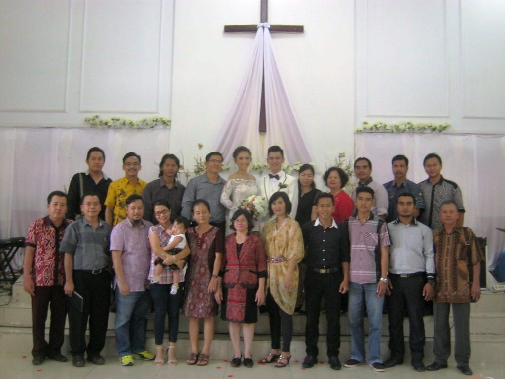Photo Bersama Jemaat GKII Bethel Sintang dengan kedua pengantin