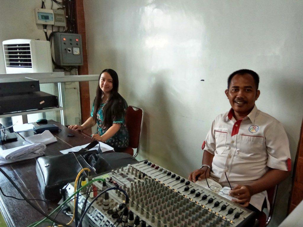 Bp. Sumartedi Rifai (Operator Sound System) & Sdri. Vioni (Operator LCD Proyektor)