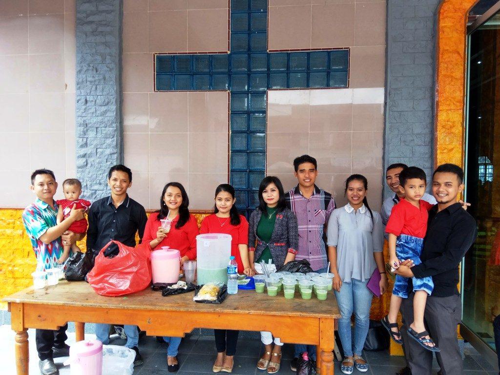 """AMKI Bethel Sintang sedang berjulan """"bazzar' untuk mendukung kegiaatan natal AMKI pada tanggal 1 Desember 2016"""