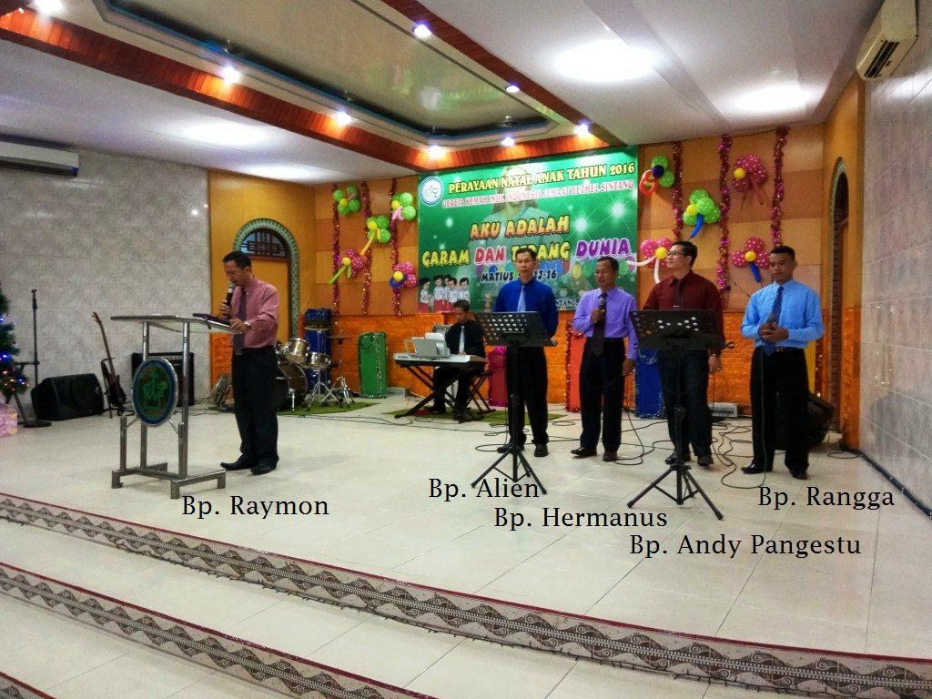 Bp. Raymon memimpin Kebaktian di GKII bethel sintang pada KMR 4 Desember 2016