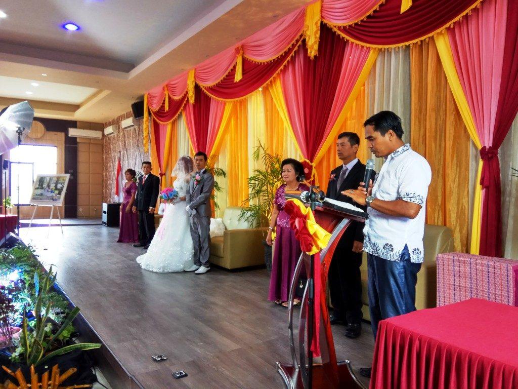Vic. Hendro memimpin kebaktian Peneguhan Pernikahan