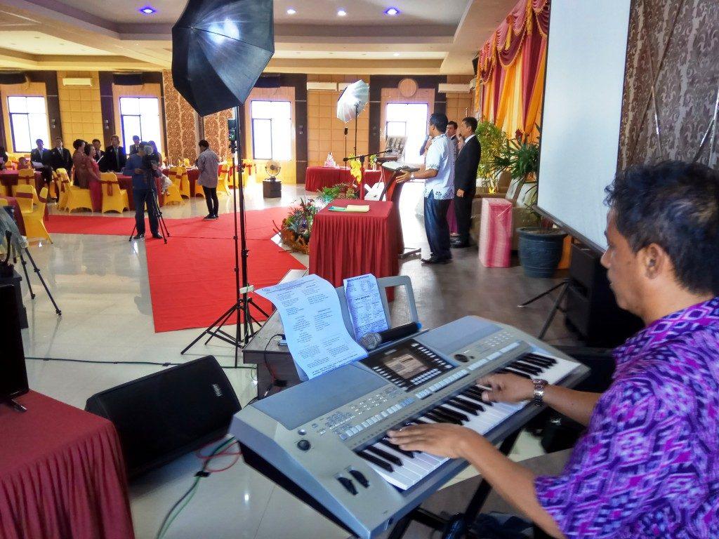 Bp. Rudy Chau memainkan musik kebaktian