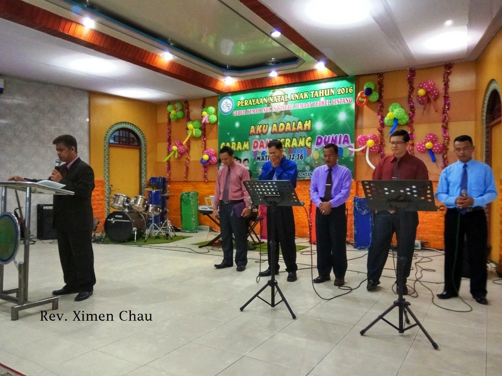 Pdt. Chau menghimbau Jemaat untuk mendukung keluarga Philipus Ajang yang terkena musibah Longsor